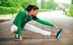 Обои Спортивная девушка заминается перед пробежкой на дорожке в парке