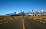 Обои Дорога ведущая к скалистым горам в ясный день