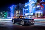Обои Двухдверное 4-местное купе Bentley Continental GT на улице ночного города
