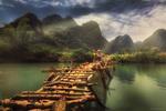 Обои Женщина идет по бревенчатому мосту через реку, неся пучки риса, Vietnam / Вьетнам, фотограф Михалюк Сергей