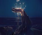 Обои Vocaloid Xingchen / Вокалоид Ксингчен лежит на берегу моря с поднятыми руками и смотрит на салют над ладонями в ночи