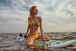 Обои МодельЕкатерина Енина в бикини сидит на доске для серфинга на повехности водоема, фотограф Антон Артюшин