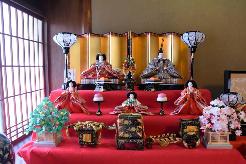Обои для рабочего стола Традиционном куклы в исторических японских костюмах выставлены в комнате на подиуме в честь праздника, Japan / Япония