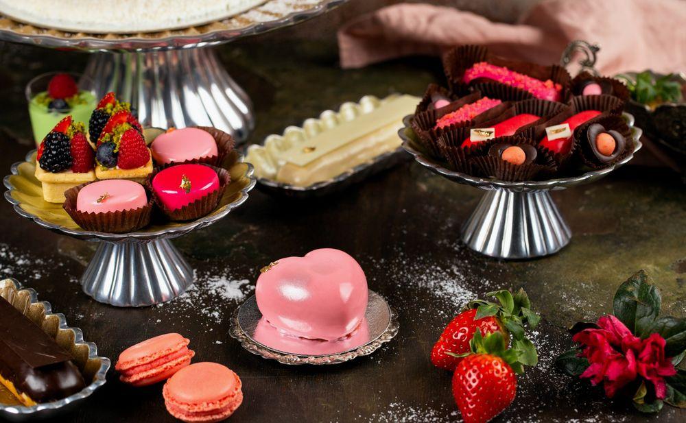 Обои для рабочего стола Десерт: пирожные со свежими ягодами и шоколадные конфеты на подставках, эклер и клубника