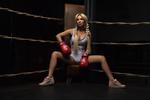 Обои Девушка - блондинка Роуз в боксерских перчатках сидит в углу ринга, фотограф Мелефара Сергей