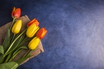 Обои Тюльпаны лежат на мешковине