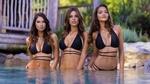 Обои Симпатичные девушки в бикини стоят в водоеме на фоне природы