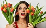 Обои Удивленная девушка с тюльпанами в руках