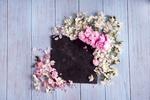 Обои Цветки сакуры и черная табличка на деревянной поверхности