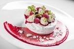 Обои Пирожное безе с кремом, ягодами малины и листочками мяты на тарелке с малиновым сиропом