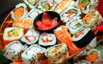 Обои Японская кухня: блюдо - ассорти с роллами из морепродуктов, креветки и маринованный имбирь