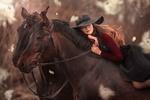 Обои Девушка в шляпе лежит на одной из двух, стоящих рядом лошадей, фотограф Анюта Онтикова