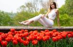 Обои Модель Vittoria R. сидит на ограждении за тюльпанами, by Marco Squassina