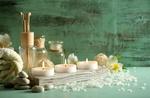 Обои Spa-набор: свечи на деревянной подставке, орхидеи, баночки, камешки и махровое полотенце