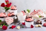 Обои Шоколадные капкейки с кремом, мороженое, молочный и белый шоколад, букет красных роз и украшения в форме сердечек