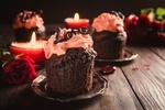 Обои Шоколадные кексы с розовым кремом на блюдечках, рядом горящие свечи и красные розы