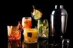 Обои Разнообразные коктейли в стаканах из апельсина, лимона, лайма, со льдом и листьями мяты, рядом шейкер