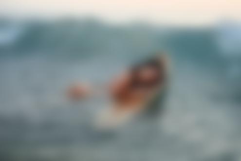 Обои Обнаженная брюнетка лежит в море на доске для серфинга, фотограф Евгений Фрейер