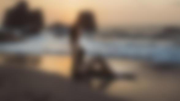 Обои Модель Александра сидит на песке у моря, by Nicola Davide Furnari