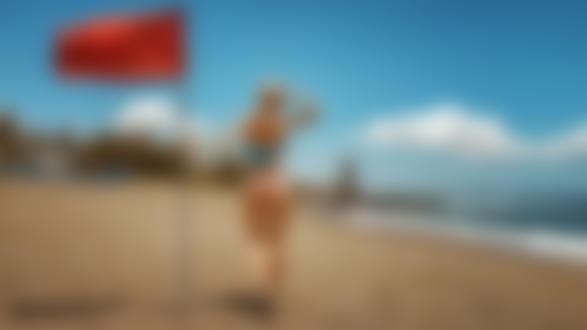 Обои Модель Таша с флагом в руке стоит на побережье, фотограф Георгий Чернядьев