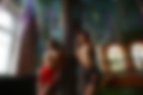 Обои Девушки в приспущенных платьях топлес позируют, стоя у наряженного дерева в помещении, фотограф Stakis Laus