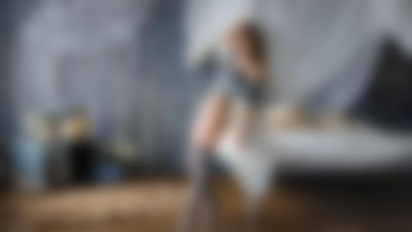 Обои Модель Karina стоит у кровати, by Kirill Lukoyanov