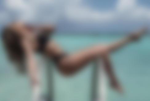 Обои Модель позирует на фоне моря, лежа на поручнях лестницы, by Eric Snyder