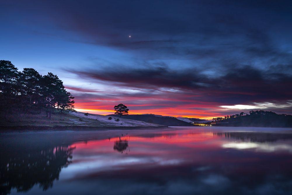 Обои для рабочего стола Река под вечерним небом на фоне заката