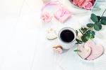 Обои Коробочка с цветами, чашка кофе и печенья в форме сердечек с розовой глазурью, на одном из которых написано Love / Любовь
