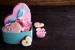 Обои Коробка-сердечко с цветами и печеньем с надписью Love / Любовь