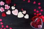 Обои Коробка с цветами, сердечки и печенье-сердечки, на одном из которых написано Love / Любовь
