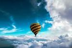 Обои Воздушный шар в голубом небе над облаками