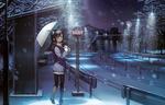 Обои Девушка с зонтиком стоит зимней ночью под снегом на автобусной остановке