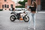 Обои Девушка на дороге и за ней стоит мотоцикл Yamaha / Ямаха, фотограф Пистолетов Илья