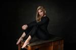 Обои Модель Катерина в черном костюме сидит на столе, by Dmitry Arhar