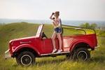 Обои Девушка в подвязанной рубашке и в джинсовых шортах стоит на авто, фотограф Алексей Лозгачев