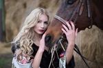 Обои Девушка - блондинка стоит рядом с лошадью, фотограф Лозгачев Алексей