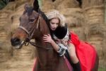 Обои Девушка - блондинка на лошади, фотограф Лозгачев Алексей