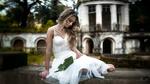 Обои Девушка Наташа в белом платье с листом сидит на фоне дома, by Nicola Davide Furnari