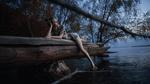 Обои Модель Ангелина лежит на бревне над водой, фотограф Густарев Максим