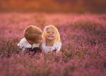 Обои Мальчик и девочка на цветочном поле. Фотограф by Lisa Holloway