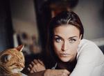 Обои Модель Gina Carla и рыжая кошка рядом, фотограф Sebastian Kоhler
