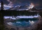 Обои Lago di Carezza / Озеро Карецца на фоне заснеженного горного хребта, Italy / Италия, фотограф Pascal Debrunner