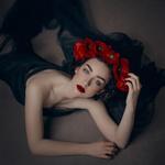 Обои Модель в венке из красных маков позирует на полу. Фотограф Mara Saiz