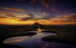 Обои Извилистая река перед островом-крепостью Mont Saint-Michel / Мон-Сен-Мишель, France / Франция на фоне неба во время заката. Фотограф Hmetosche Saidani