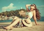 Обои Девушка в солнцезащитных очках отдыхает на песчаном берегу, by @lelesfoto