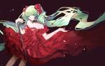 Обои Vocaloid Hatsune Miku / вокалоид Хатсуне Мику с микрофоном в красном платье на черном фоне