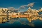 Обои Заснеженные горы под синим небом в бухте Рейне, Lofoten Islands, Norway / Лофотенские острова, Норвегия, фотограф Jan Sieminski