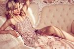 Обои Модель Екатерина Коба в роскошном вечернем платье позирует полулежа на диване