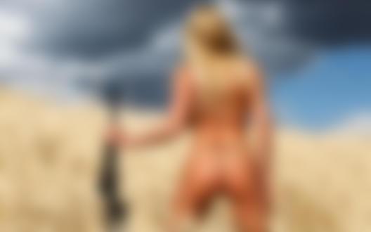 Обои для рабочего стола Девушка в бикини стоит в поле с оружием в руке к нам спиной